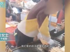 12岁男孩帮妈妈烤串手法娴熟 全网夸赞!